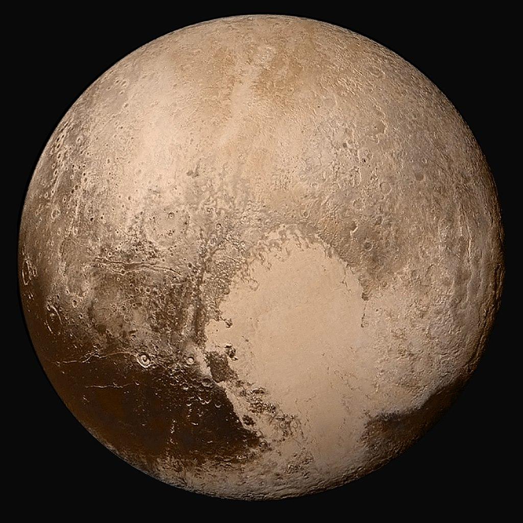 Фотография Плутона - мозаика, собранная из снимков планеты, сделанных автоматической межпланетной станцией (АМС) «Новые горизонты» 14 июля 2015 года с расстояния 450 000 км