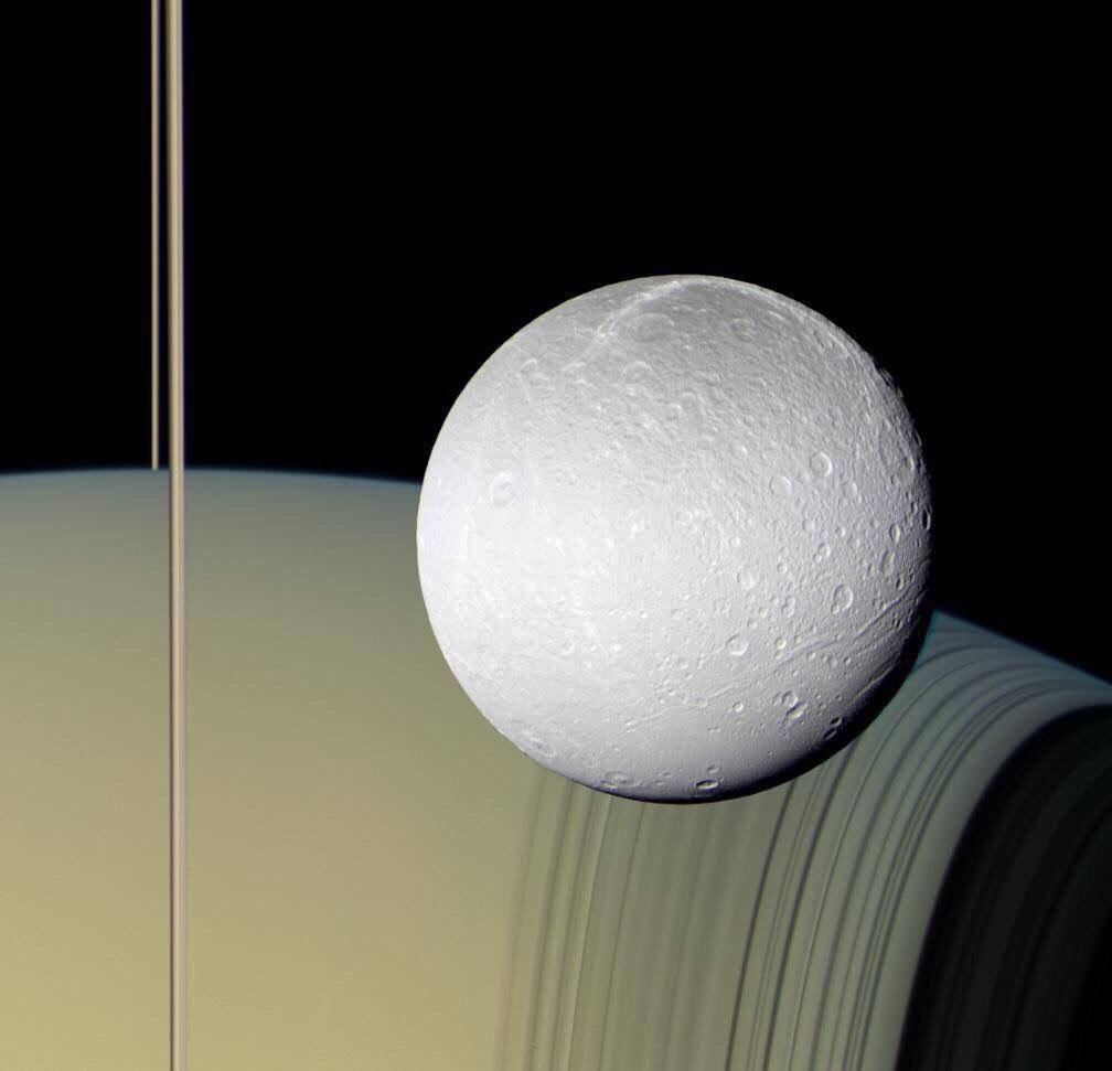 Это реальная фотография Дионы, получена космическим аппаратом Кассини