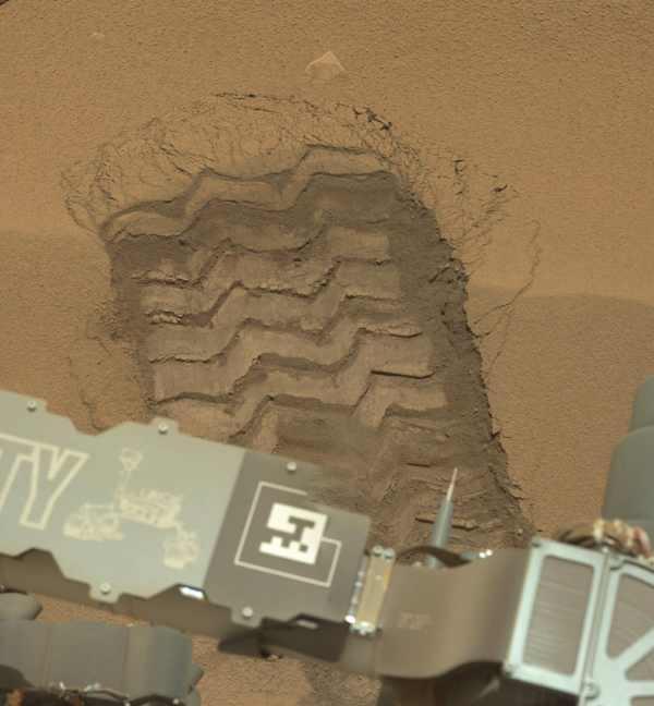 След от колеса марсохода на Марса