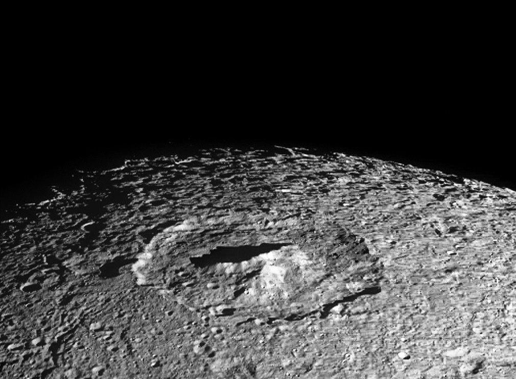 Центральный пик кратера Erulus отбрасывает длинную тень