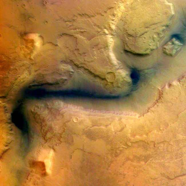 Одно из первых изображений Reull Vallis, сделанных Mars Express в 2004 году