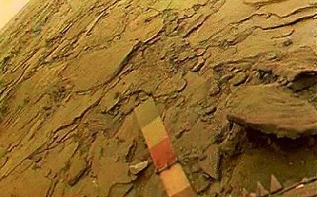 Снимок поверхности Венеры, видна калибровочная шкала зонда Венера