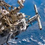 Астронавты Steven G. MacLean и Daniel C. Burbank работают снаружи МКС