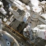 Астронавты работают на обшивке МКС