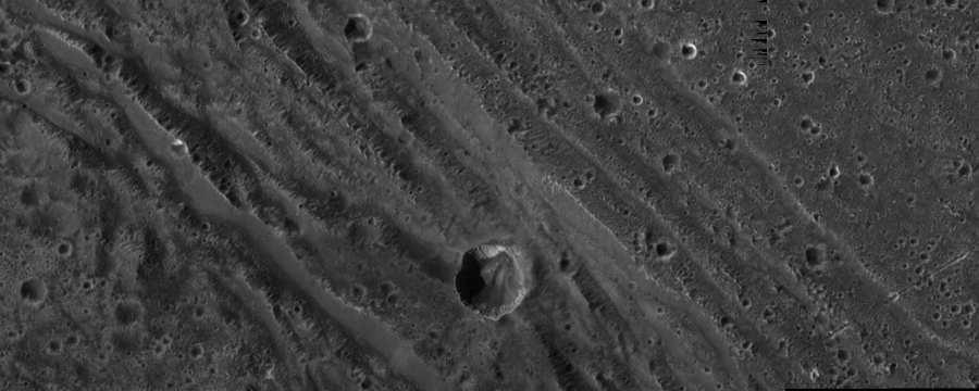 Изображение поверхности спутника с расстояния примерно 4500 км