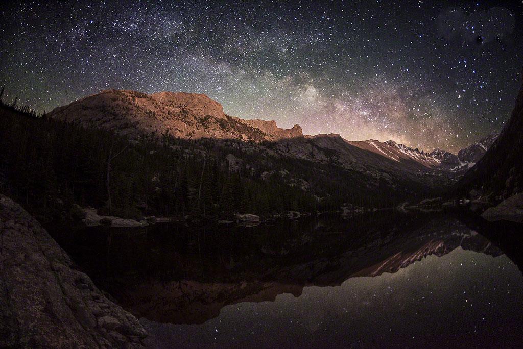 Млечный Путь поднимается над парком Longs Peak
