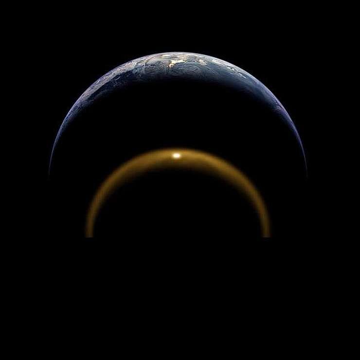 Солнечные блики на спутнике и нашей Земле в сравнении