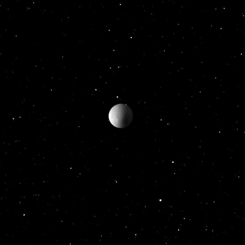 Спутник Сатурна Энцелад плывет среди звезд