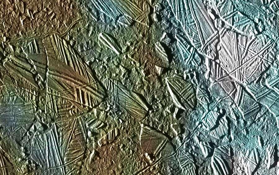 Замерзшие ледяные торосы на поверхности