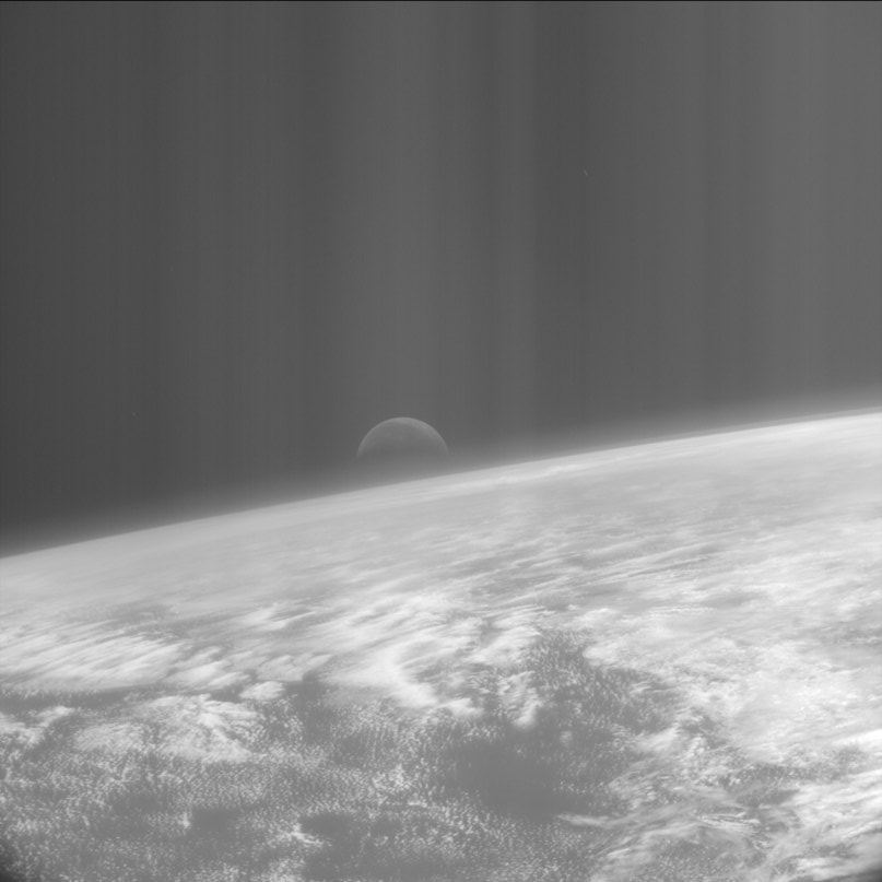 Восходящая Луна над Тихим океаном