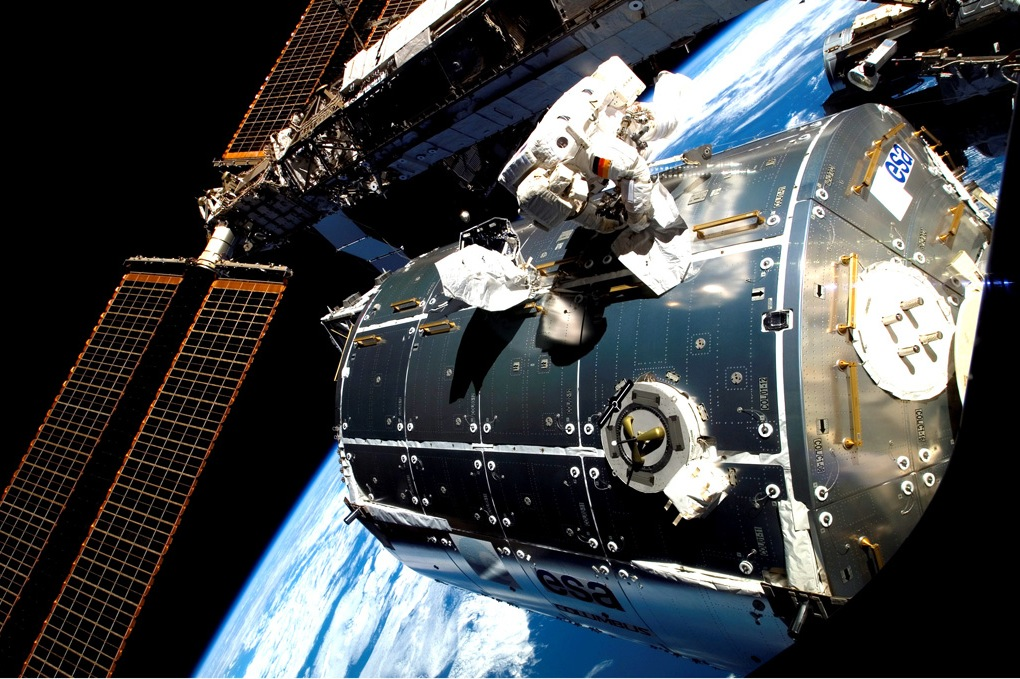 Астронавт Hans Schlegel работает в открытом космосе