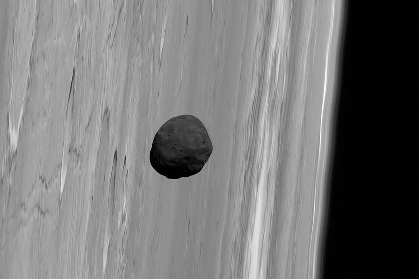 Фобос над планетой