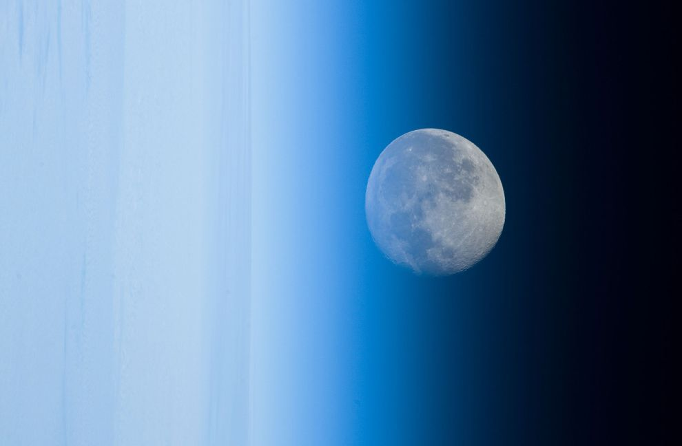Луна, искаженная атмосферой Земли