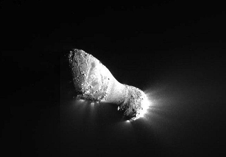 Яркие струи материала бьют из ядра кометы Хартли 2