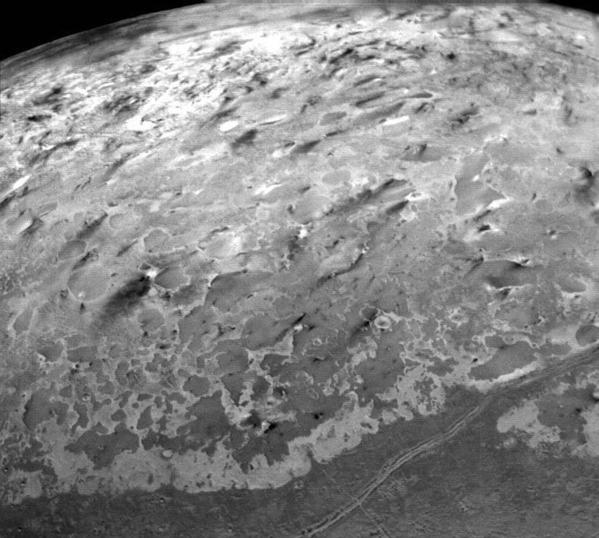 Гейзеры на поверхности спутника