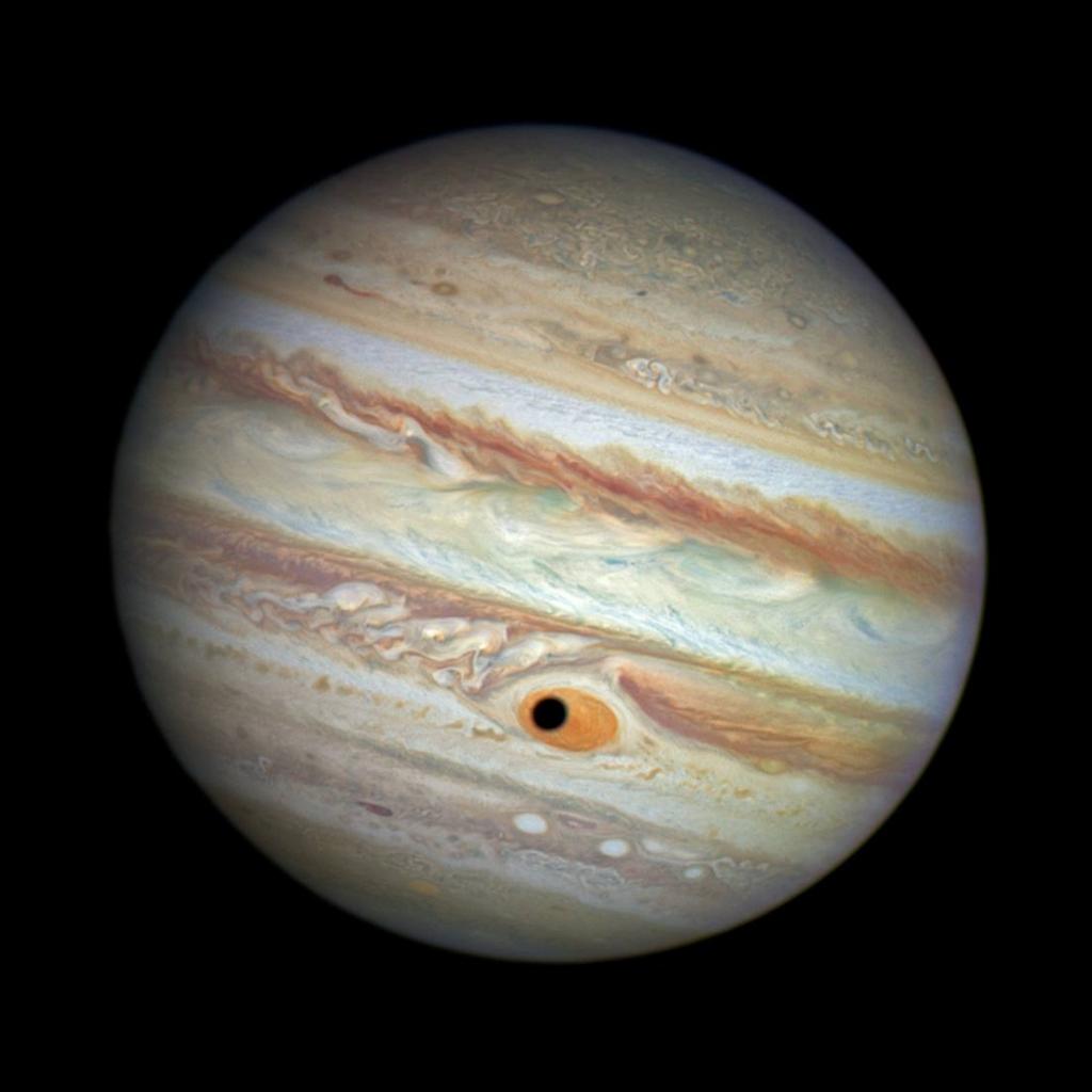 Тень от спутника Юпитера Ганимеда проходит по Большому Красному Пятну