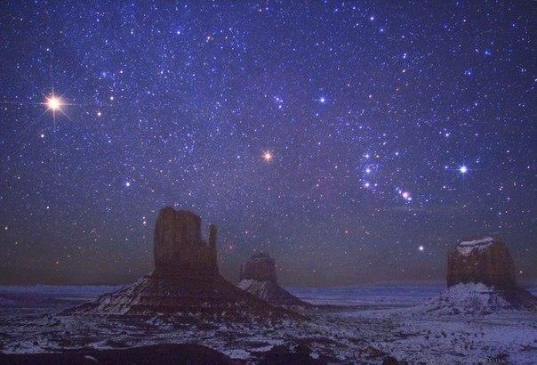 Яркая голубая звезда - Ригель, сверкает над скалой Меррик в долтне Монументов, США