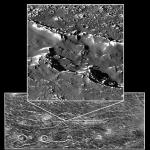 Катена Гомул в центральной части снимка и две цепочки кратеров