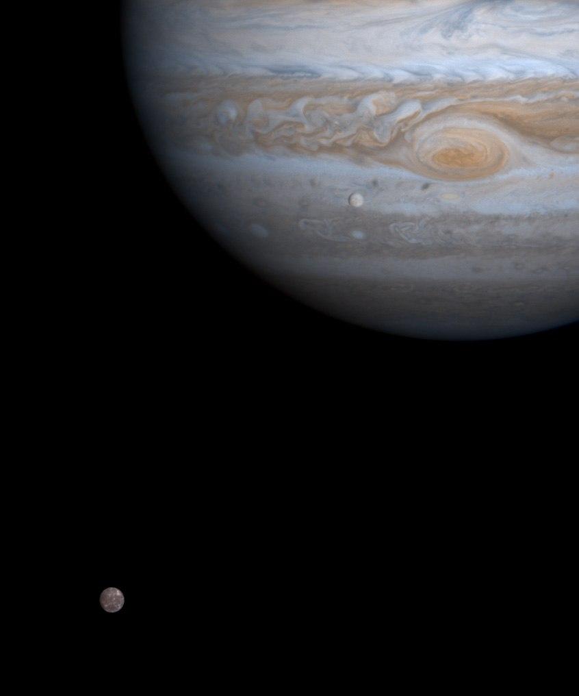 Спутники Юпитера Каллисто и Европа, снимок космического аппарата Кассини, сделанный в 2000 году.