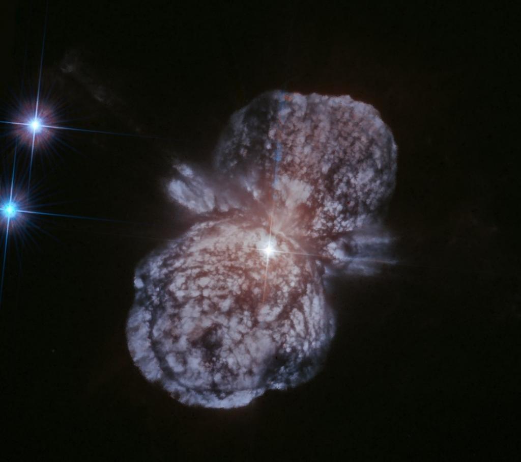 Звезда Эта Киля - белая точка в центре изображения, на стыке двух лопастей туманности Гомункул