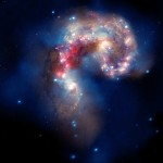 Для создания этого комбинированного снимка использовались данные рентгеновской обсерватории Чандра (синий цвет), оптического телескопа Хаббл (золотой и коричневый цвет), а также инфракрасного телескопа Спитцер (красный цвет).