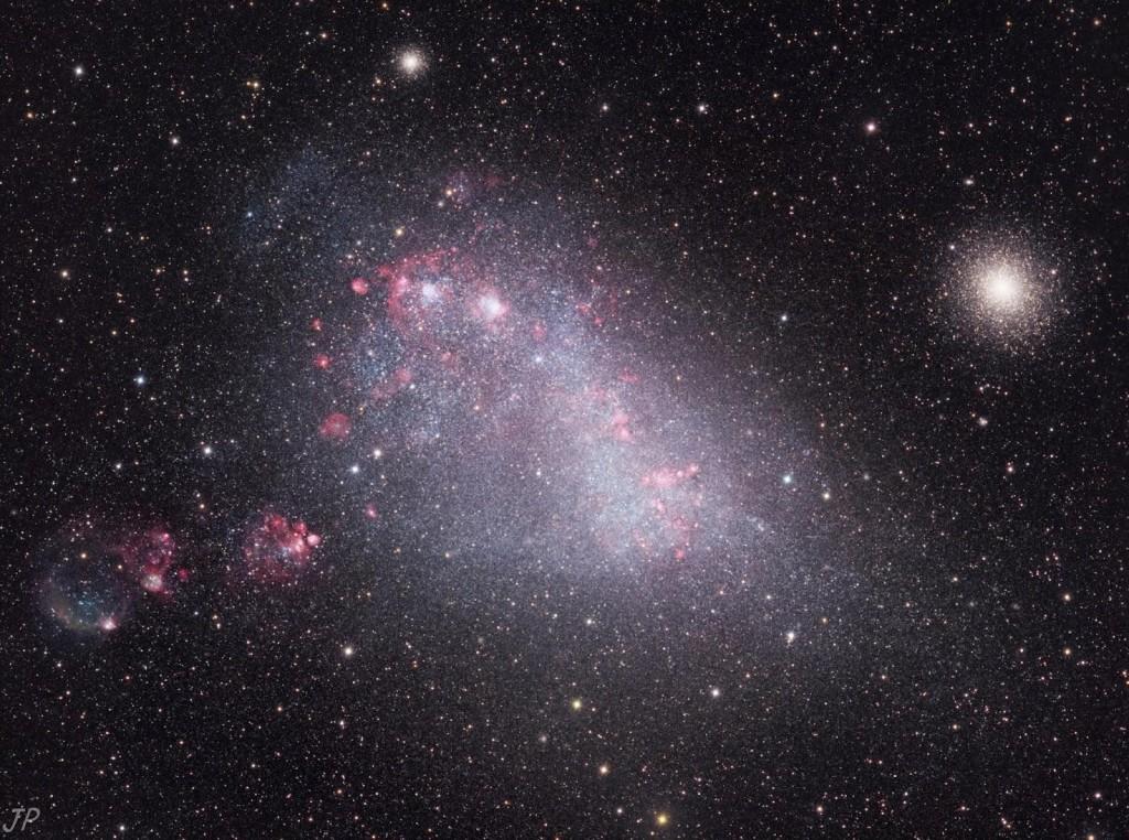 Шаровое скопление 47 Тукана (справа) и галактика-спутник Млечного Пути Малое Магелланово Облако.