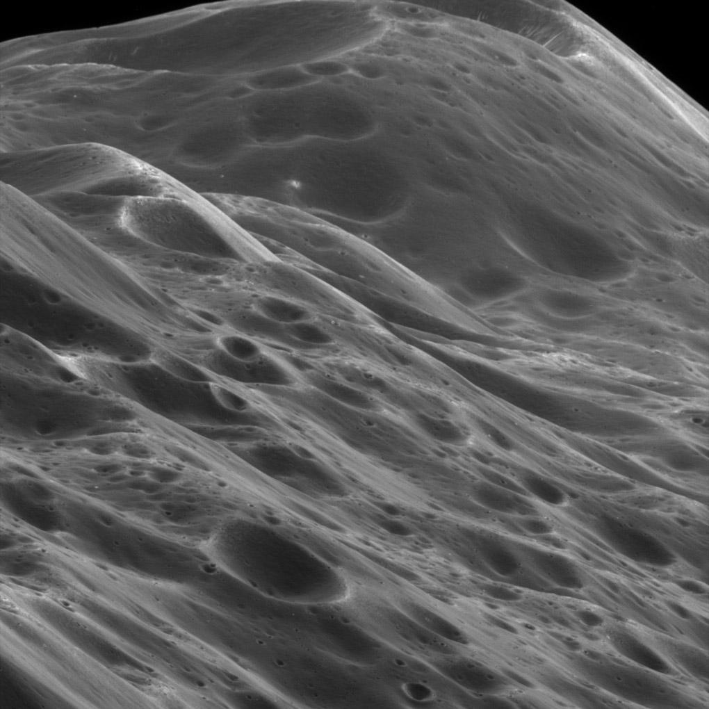 Фотография крупным планом гор на Япете, третьем по величине спутнике Сатурна