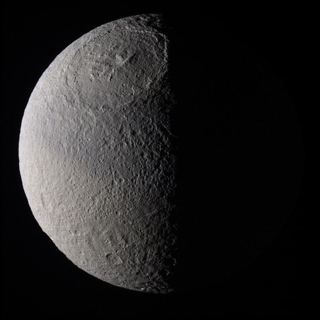 Цветное изображение спутника Сатурна - Тетиса