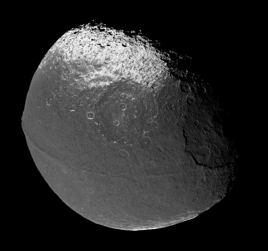 Япет, спутник Сатурна, снимок получен космическим аппаратом Кассини