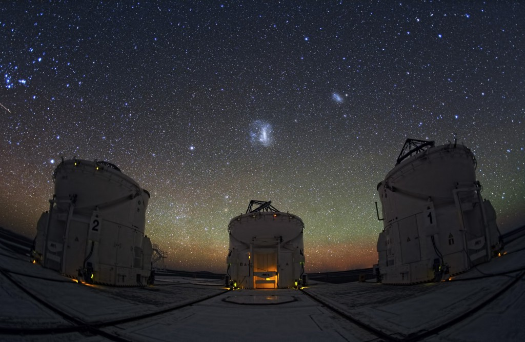 Магеллановы облака над телескопами на плато Паранал, Чили