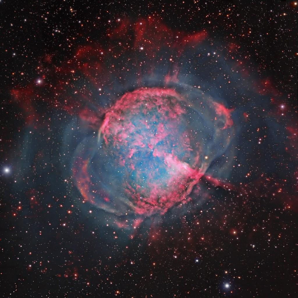 Планетарная биполярная туманность М27 Гантель в созвездии Лисички