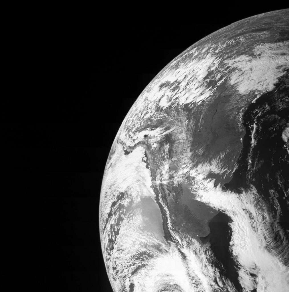 Земля сфотографированная космическим аппаратом Юнона, во время гравитационного маневра