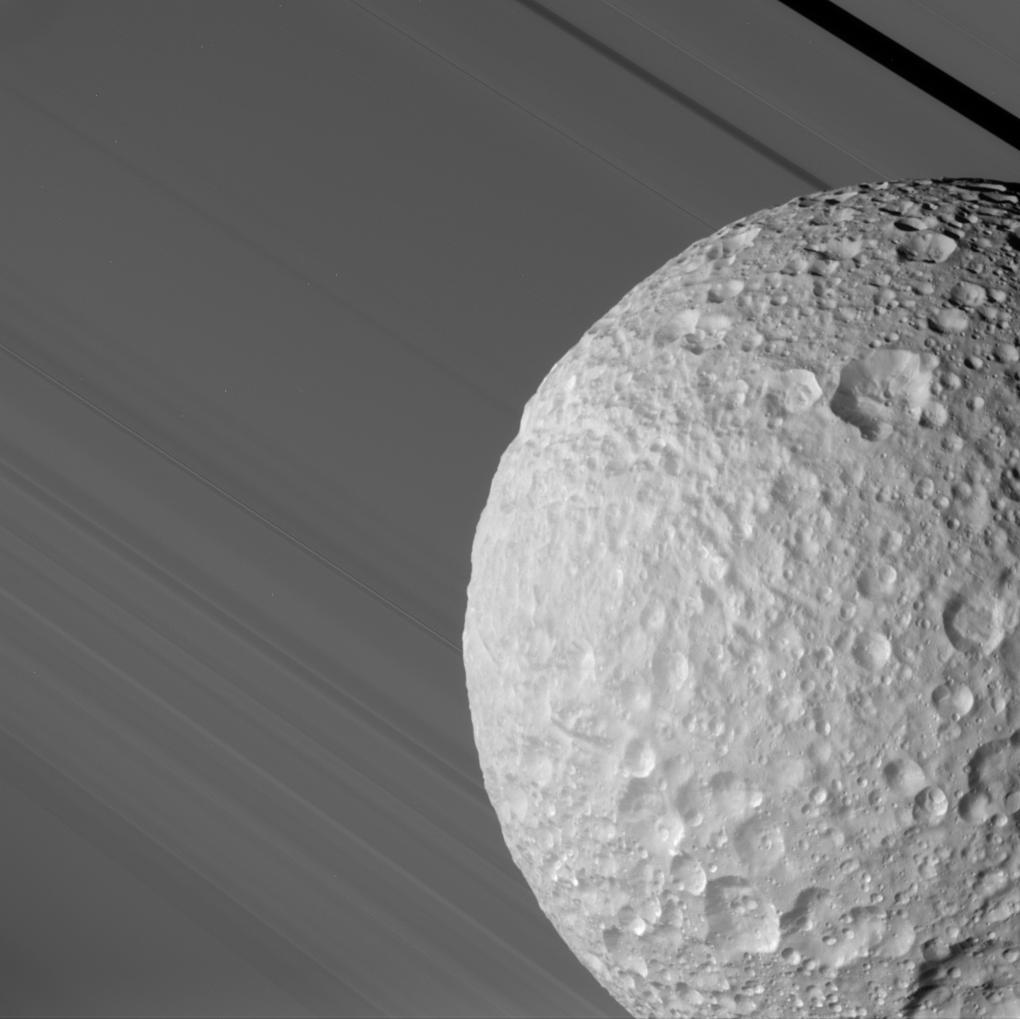 Мимас проходит перед кольцами Сатурна