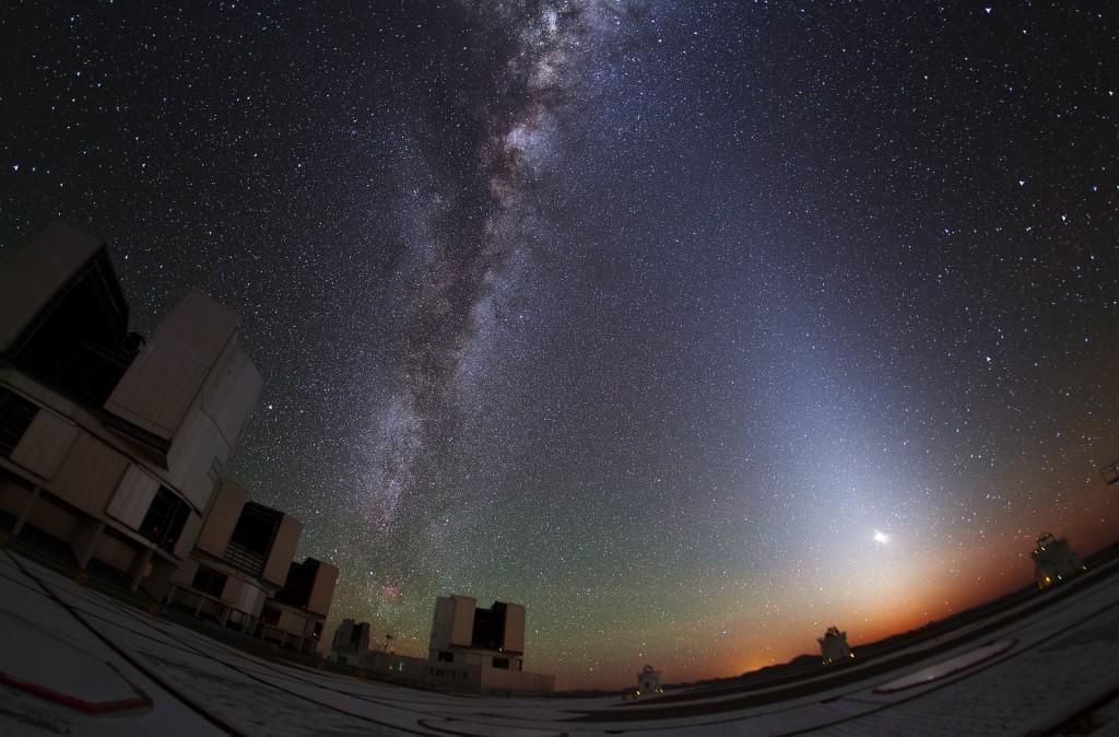 Зодиакальный свет, Млечный путь и телескопы VLT в обсерватории Паранал.
