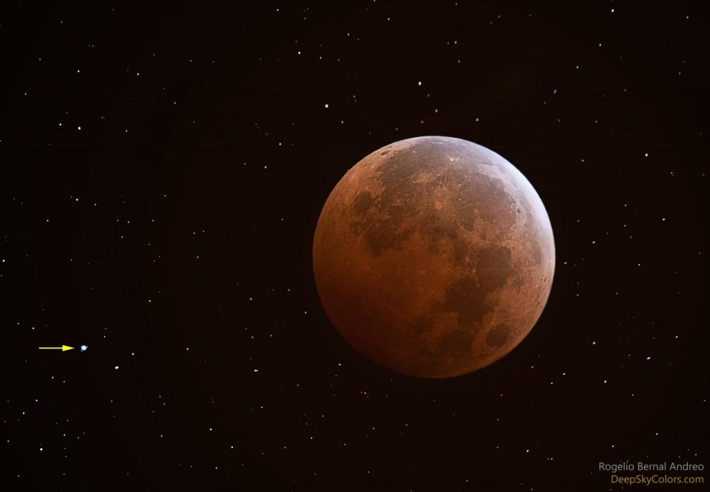 Лунное затмение и Уран (указан стрелкой)