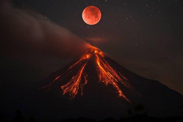 Лунное затмение и извержение вулкана Колима в Мексике