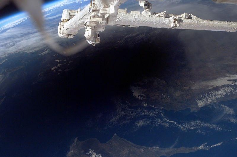 Тень от Луны на Земле во время солнечного затмения, фотография с МКС. На фото видны Кипр и Турция.