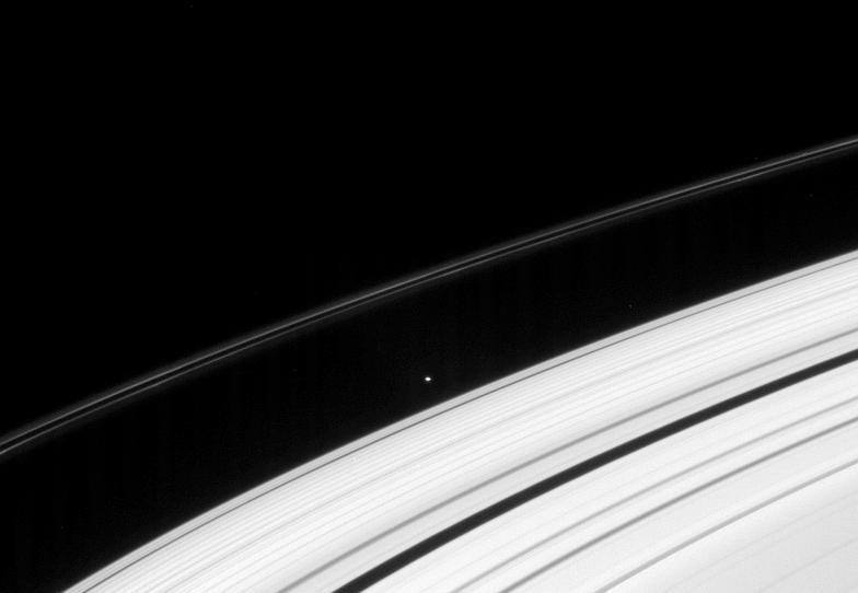 Атлас на фоне колец Сатурна