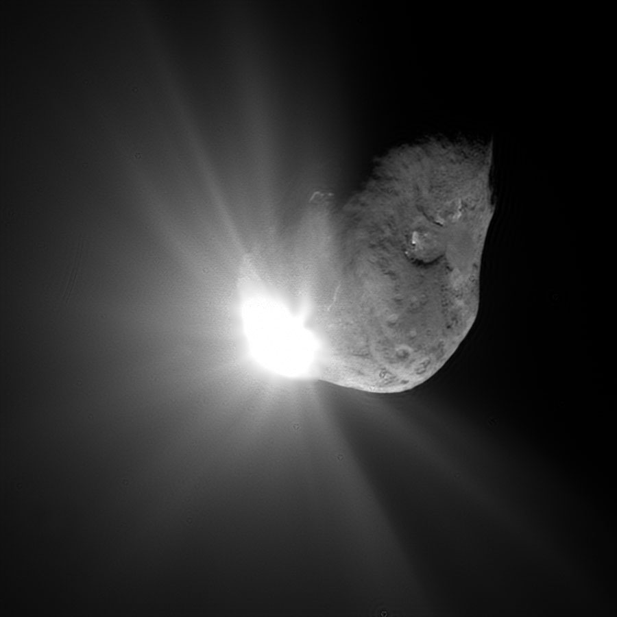 Фотография последствий соударения импактора с ядром кометы