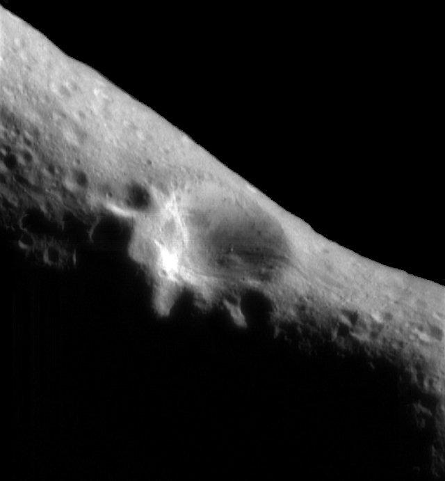 Кратер на поверхности Эроса, диаметром 5 км