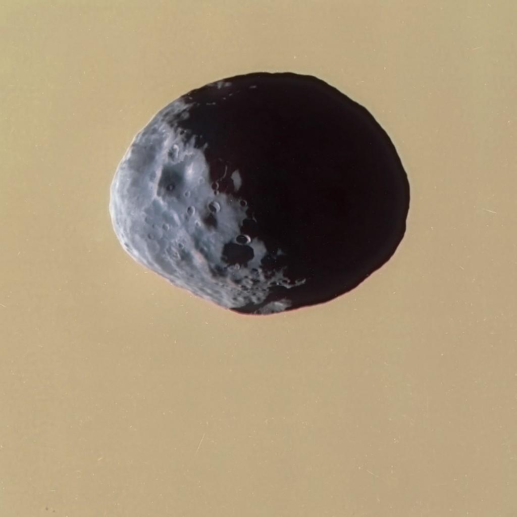 Спутник Сатурна Янус на фоне облачного покрова планеты