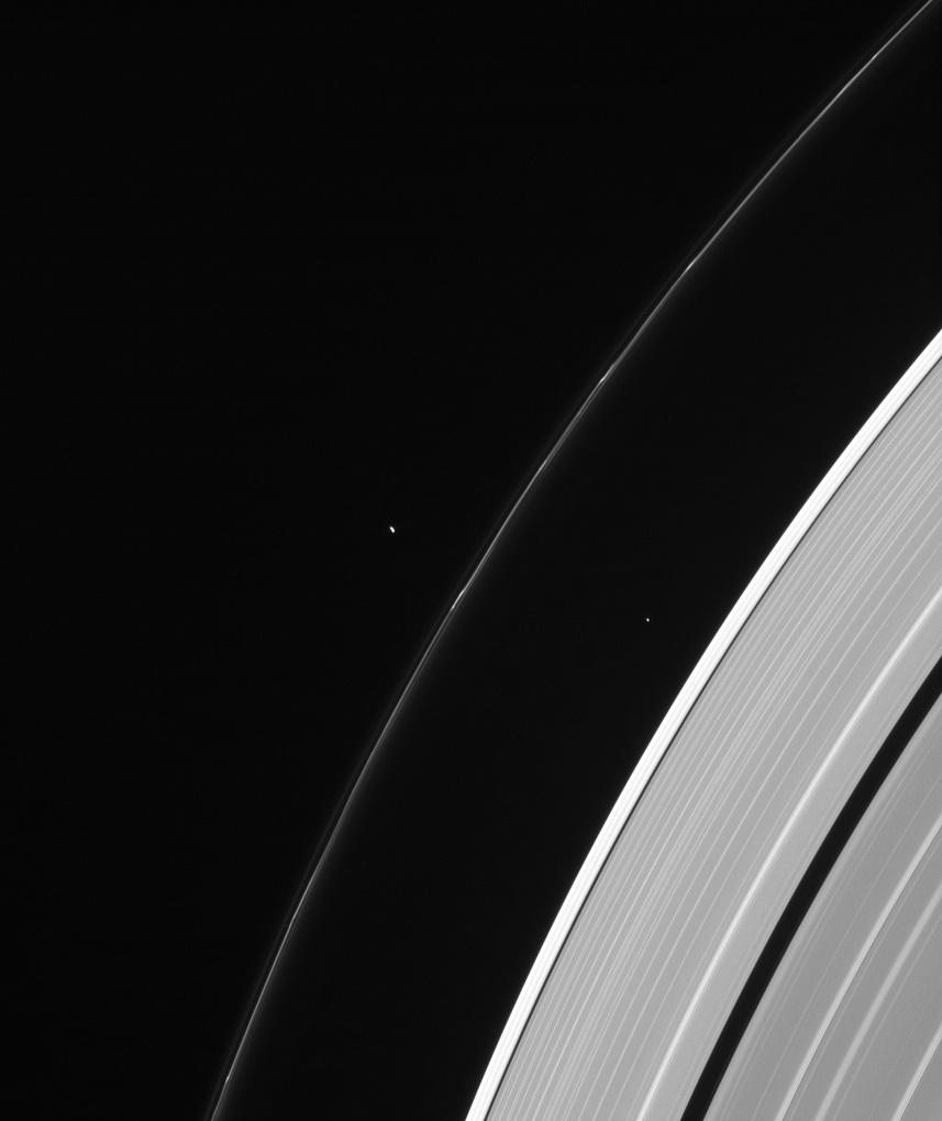 Спутники Пандора (слева) и Атлас (справа) и кольцо Сатурна F.