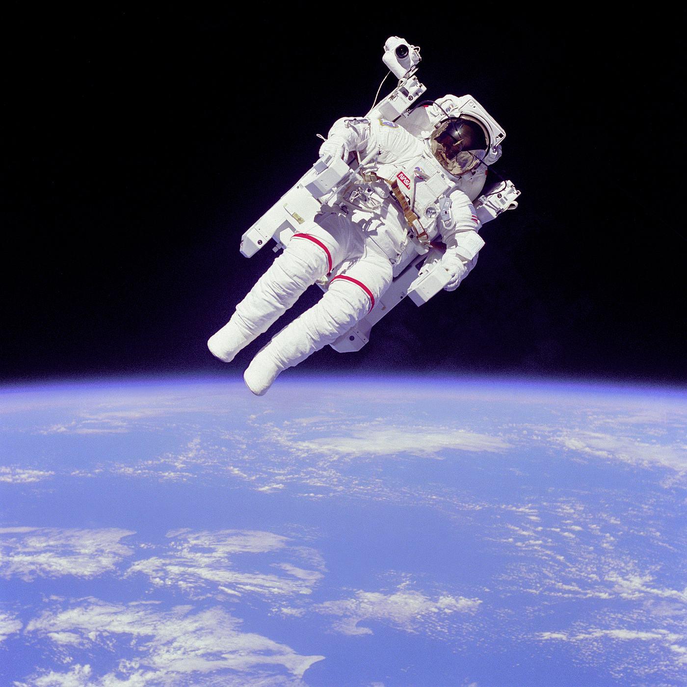 Астронавт в скафандре c устройством для полетов