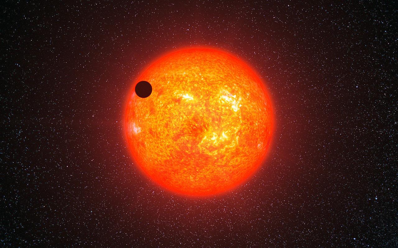 Красный углеродный карлик с гипотетической планетой на орбите