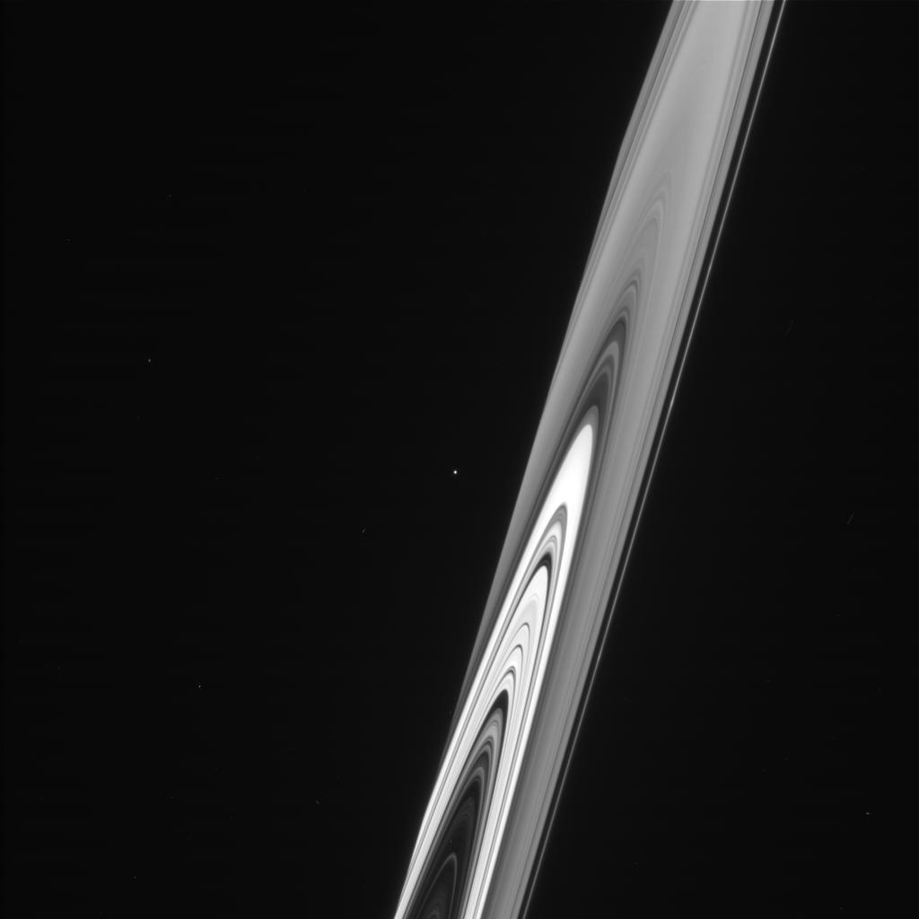 Спутник Калипсо и кольца Сатурна, сфотографированные Кассини 18 июня 2007 года.