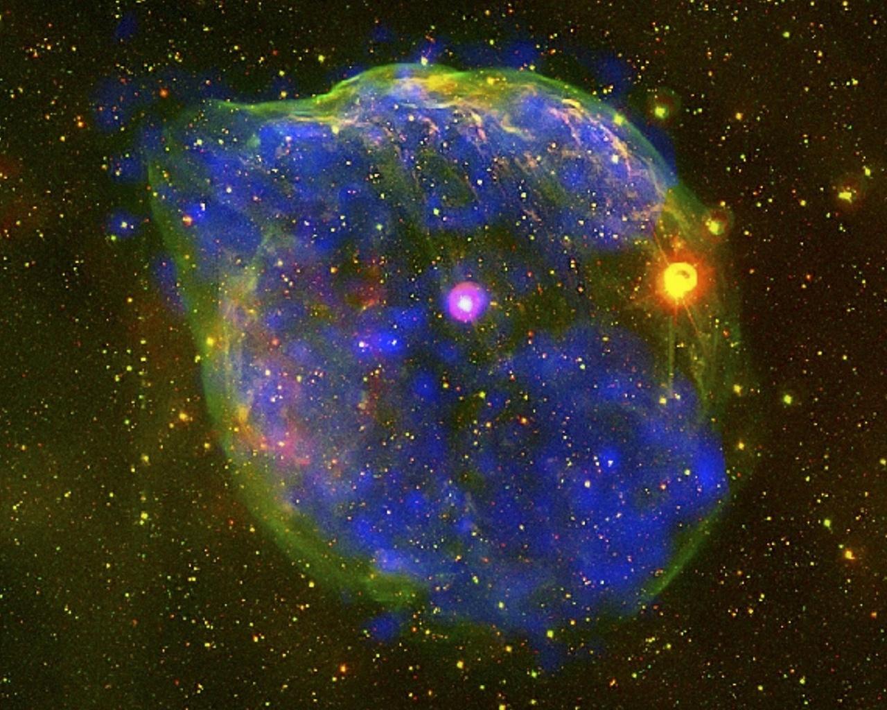 Звезда Вольфа-Райе (белая посередине, с фиолетовой аурой) и окружающая ее туманность
