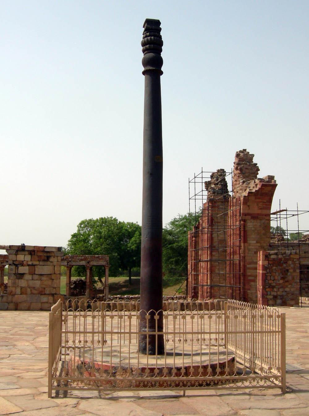 Железная колона в Дели, Индия — уникальный артефакт древних времен.