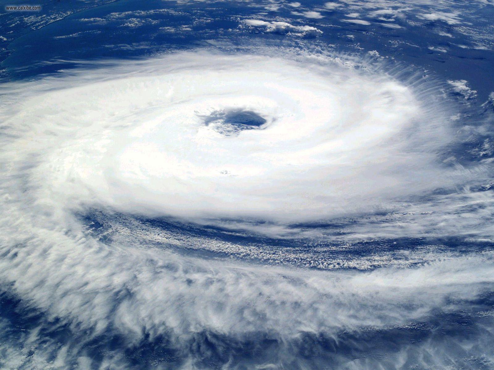 Циклон из космоса. Угадайте, на каком он полушарии Земли.
