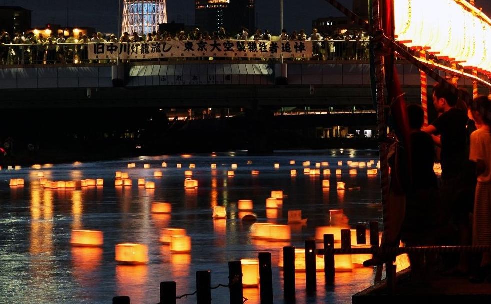 Фонари на реках в странах Востока символизируют не только души умерших, но и звезды Млечного Пути