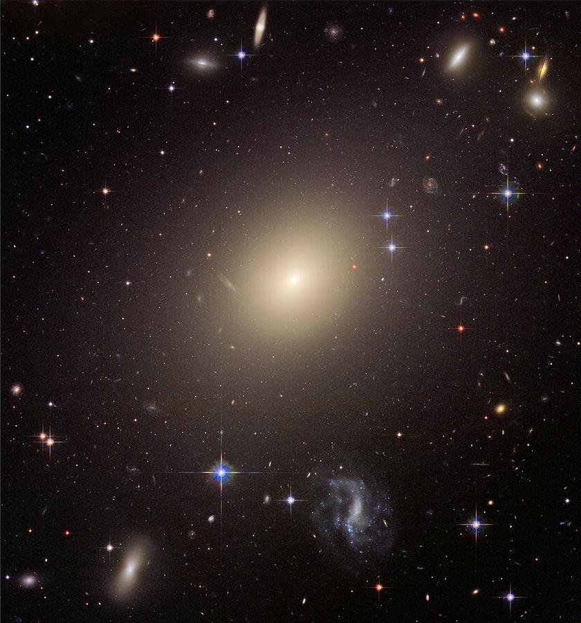 Гигантская эллиптическая галактика ESO 325-G004